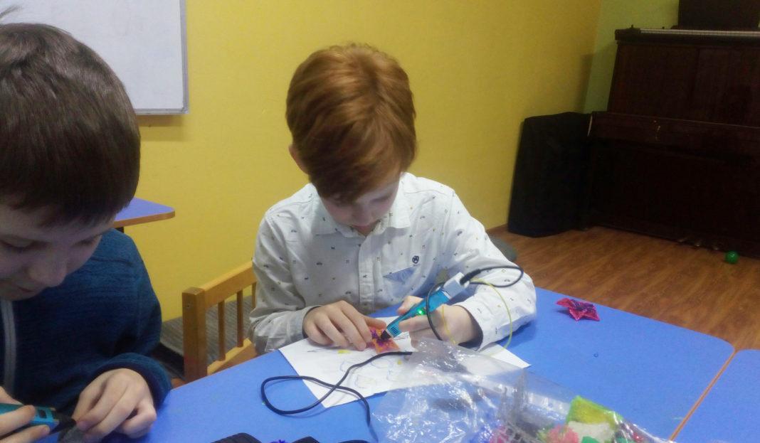 Ученик рисует 3D ручкой